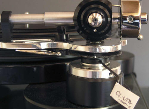Tonearm-Illustrious-On-Deck-Side-Close